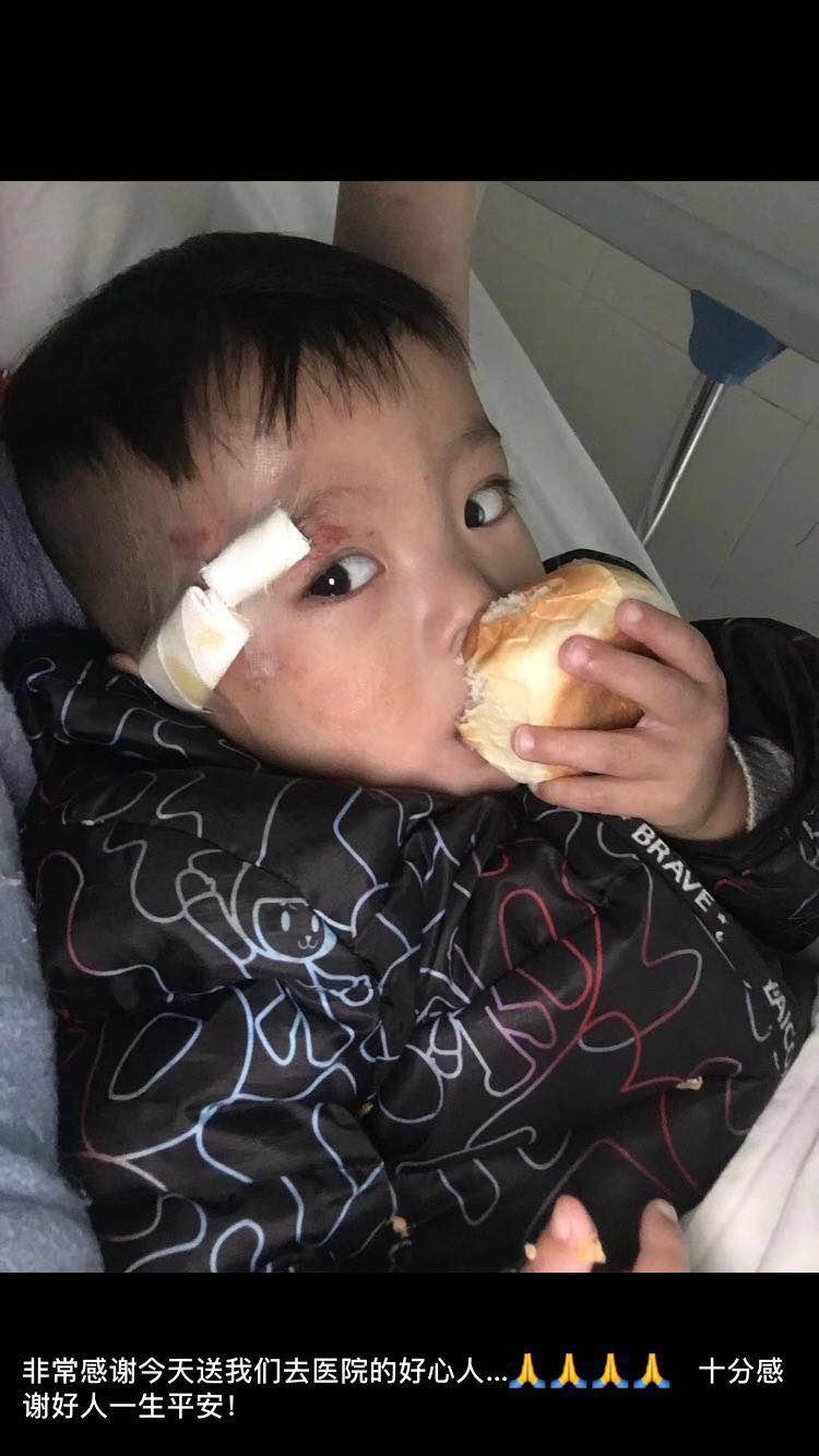 图为受伤儿童在医院得到及时医治
